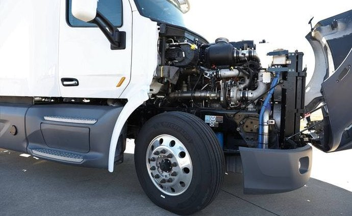 The new 10.6-liter, three-cylinder engine from the United States is said to haul the truck, burn diesel and hydrogen, and produce low emissions.
