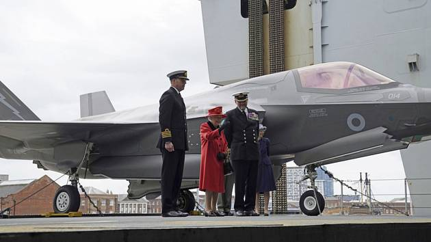 British Queen Elizabeth II.  (Image Center) Visited the aircraft carrier named after him, which will lead the British Navy's fleet on its voyage to Asia