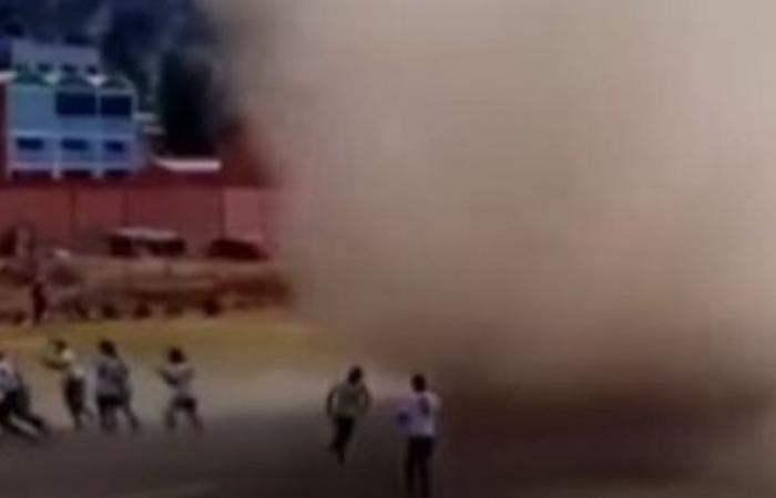 Dust storm chasing soccer players in Bolivia.. Video