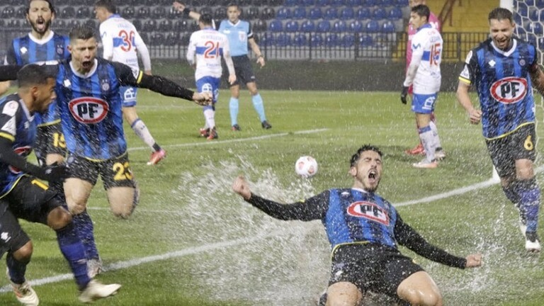 A pool of water inside the penalty area saves a goalkeeper from a confirmed goal (video) - Sports - Arab and international