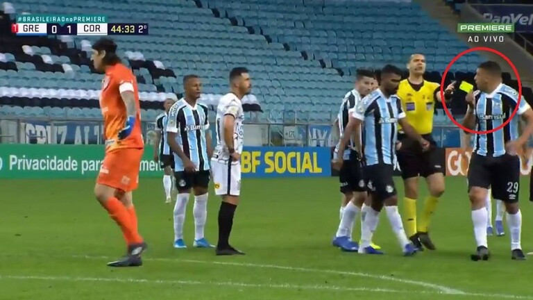 A referee smartly deals with a player who kidnapped the yellow card and refused to return it (video)