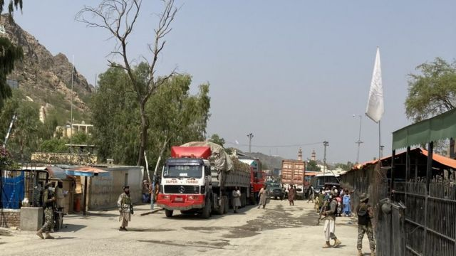 Pakistani soldiers and Taliban face to face across the border