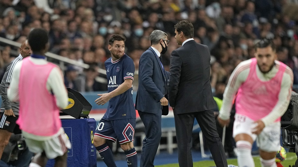 Signs of a crisis in Paris .. Messi refuses to shake Pochettino's hand (video)