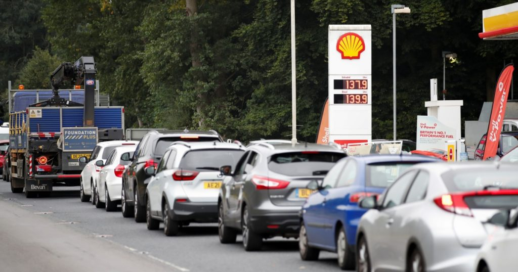 Britain ... Truck drivers' crisis, fuel crisis and cars piled up at service stations (video) |  UK News