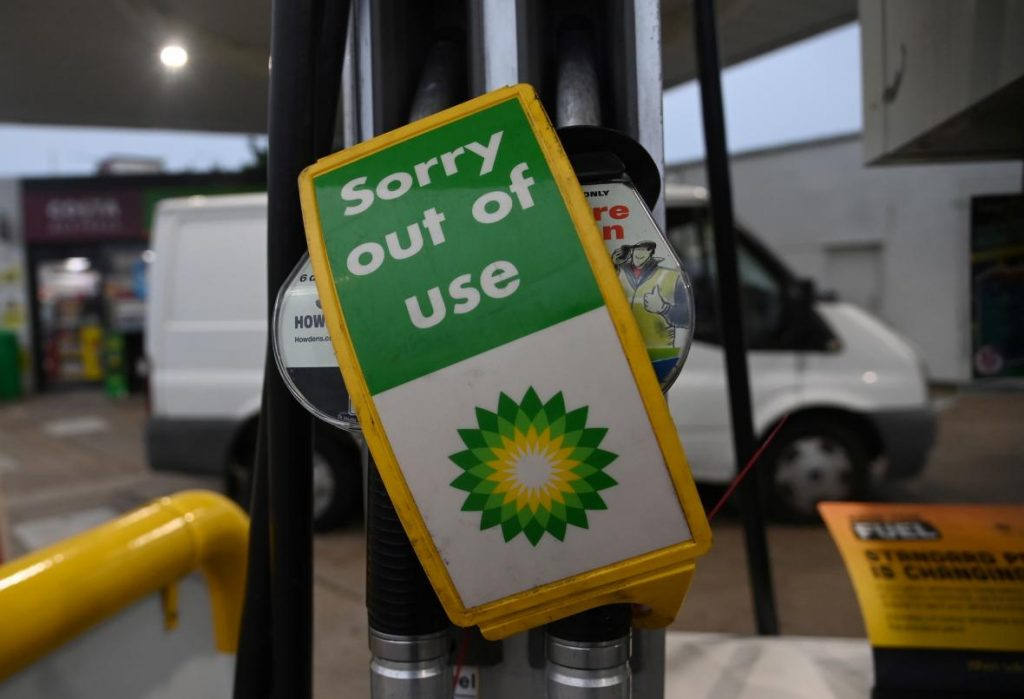 The British attacked the gas station.  Nobody can transport fuel from refineries - ČT24 - Czech TV