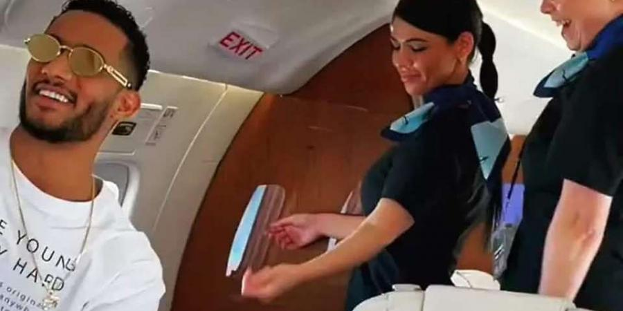 """""""Hostess Farfoucha Rizk"""" .. Mohamed Ramadan dances with the crew of his plane .. Video"""