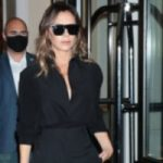 """Victoria Beckham brings back the fashion of the """"Charleston"""" trousers with a monochrome look"""